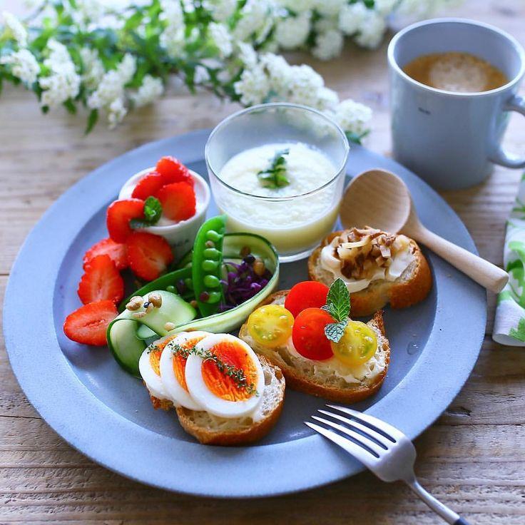 . おはようございます☁️ . プレートの中は 白菜のポタージュと 三種のブルスケッタ ヨーグルトと . どんより曇ってた空に 日が射して来た〜☀️ メダリストの言葉や 大杉漣さんの残された言葉が 胸に直球で入ってくる さぁ 今日も一日 しっかり生きよう! . いい日始めましょ♪ すてきな時間を。 Have a good day . #朝ごはん#朝食#食卓#和食#breakfast#japanesefood#いただきます#lin_stagrammer#デリスタグラマー#delistagrammer#おうちごはん#クッキングラム#クッキングラムアンバサダー#キナリノ#delimia#genic_おうちごはん#おいしい朝時間 #食生活アドバイザー#macaronimate#暮らし#暮らしを楽しむ#季節を楽しむ#日本の朝ごはん#丁寧な暮らし#イイホシユミコ