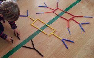Het spiegelbeeld bouwen. Werk met een spiegel zodat de kinderen het spiegelbeeld eerst kunnen zien en vervolgens kunnen nabouwen.