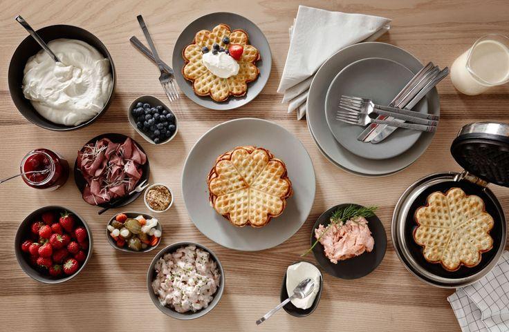 Maak een hoop wafels en beleg ze met hartig lekkers zoals zalm, of bessen en Griekse  yoghurt voor de zoetekauwen.