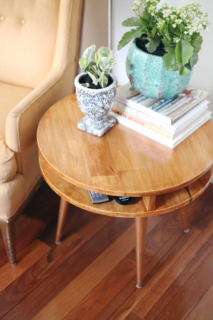 Build this mid century modern table yourself! Click through for instructions. I may make this square instead of round for a bed side table or something
