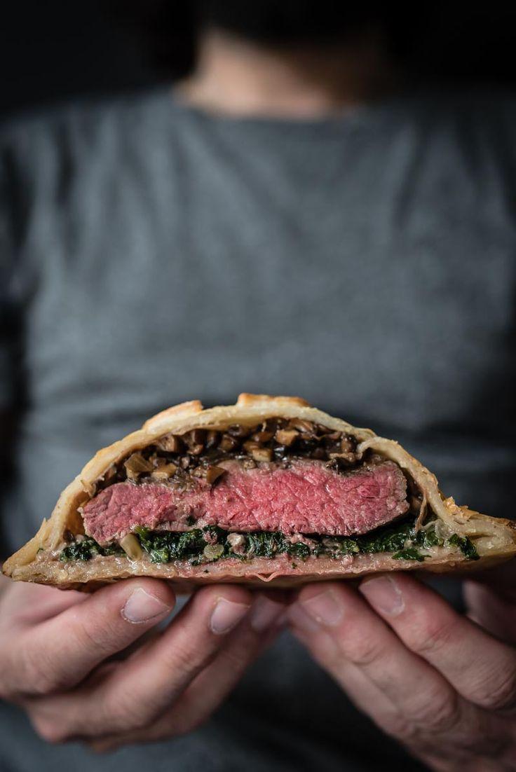 mini tricky beef wellington: rinderfiletsteak im blätterteig, dazu balsamico-champignon-ragout, blattspinat mit gorgonzola und parmaschinken