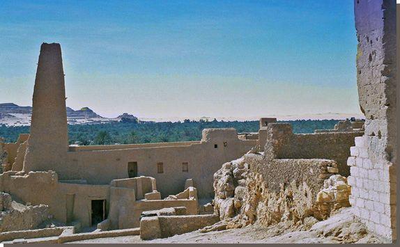 Orakeltempel van Amon in de Siwa-oase. Te midden van groene dadelpalmbossen, boven op een heuvel met prachtig uitzicht over de oase Siwa, bevindt zich de orakeltempel van Amon. De heuvel, ongeveer vier kilometer buiten de huidige stad Siwa bood niet alleen plaats aan de tempel. Tot 1926 lag hier tevens de oude stad Aghoermi. Lees het volledige artikel op Kemet.nl