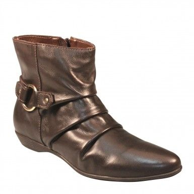 Bota de couro com cano curto, detalhe de tira na traseira e argola ouro. Modelo campeão de vendas nas lojas City Shoes em todo Brasil.