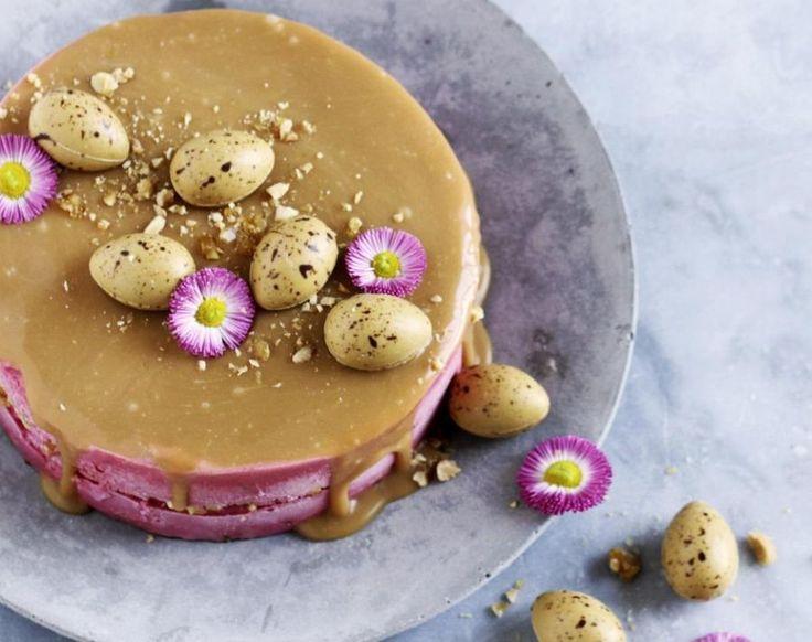 Påskeis. Et stykke islagkage med masser af knas og karamelsauce er god på påskebordet. - Foto: Maja Ambeck Vase