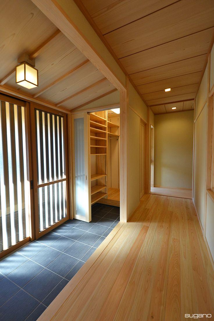 和風玄関にシューズクロークを。玄関がすっきりと片付きます。#和風住宅 #和風玄関 #玄関 #新築 #住宅 #家づくり #新築住宅 #シューズクローク #桧のフローリング #設計事務所 #菅野企画設計