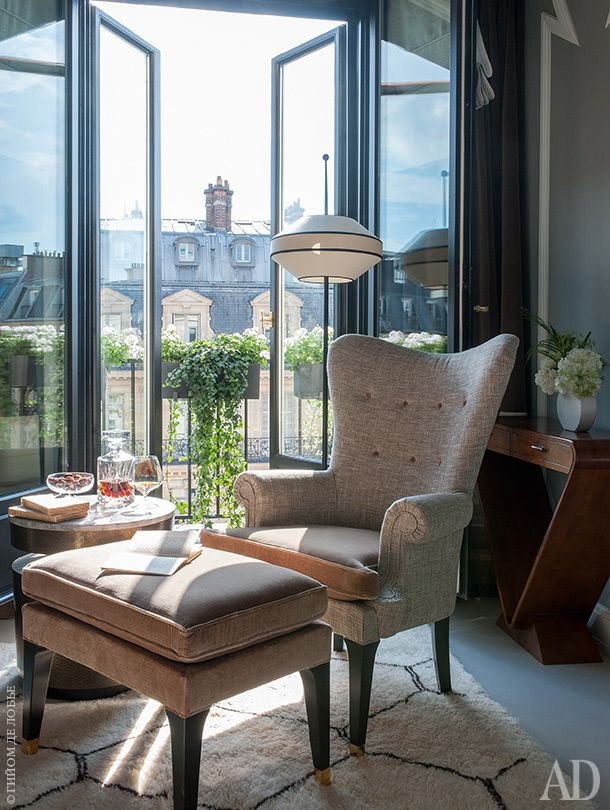 Из окон номера открывается вид на проспект Оперы. Кресло по дизайну Денио обтянуто тканями Kvadrat и Jules & Jim. Консоль винтажная.