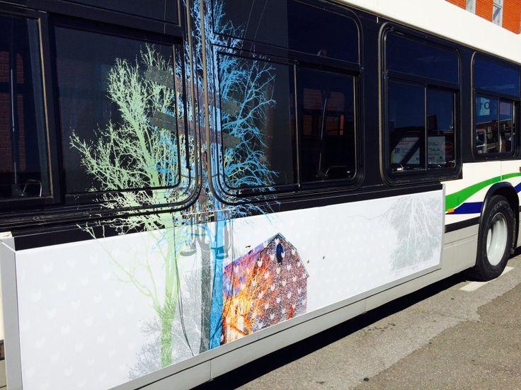 L'art contemporain se déplace! Projet d'exposition mobile dans un autobus et dans un abribus de la Société de Transport de Trois-Rivières. Exposition «Ici» de l'artiste  Valérie Morrissette, 2016, impression numérique