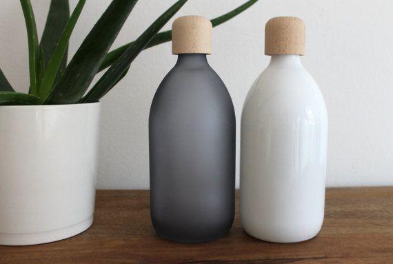 Schlichte Glasflasche mit hölzernen Schraubverschluss. Zu kaufen bei Etsy.
