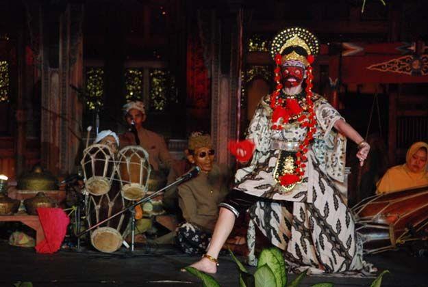 Tari Topeng Losari, mengenakan Topeng Klana Bandopati.  Losari, Cirebon Indonesia.