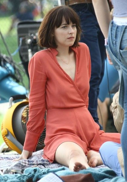 Dakota Johnson Photos Photos - Actresses Dakota Johnson, Rebel Wilson and Leslie Mann filming scenes on the set of 'How To Be Single' at Central Park in New York City, New York on May 28, 2015.<br /> <br /> Pictured: Dakota Johnson - Stars on the Set of 'How To Be Single'