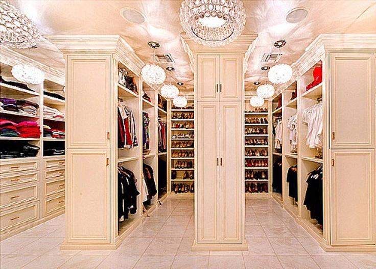 giyinme odası (ya da giyinmek için ayrı bir evdir belki de..)