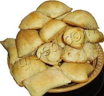 Маленькие слоеные пирожки с курицей