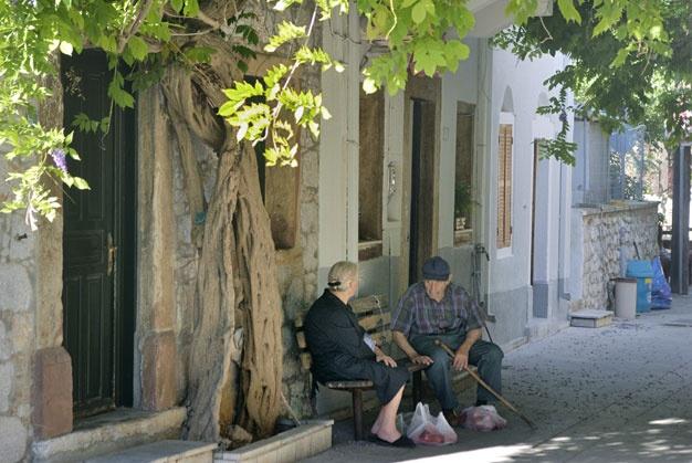 Greek Yiayia & Pappou chating, Chios Island, Greece-Cultuurvakantie Griekenland, Chios zomervakantie