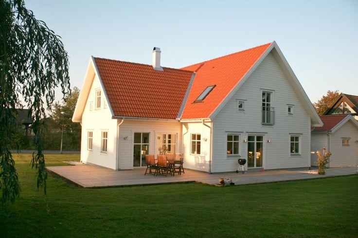 Näktergalen är ett stramt och stilfullt vinkelhus med generösa ytor genom hela planlösningen. Vardagsrum med ryggåstak och stora fönster skapar ytterligare ljus och rymd.