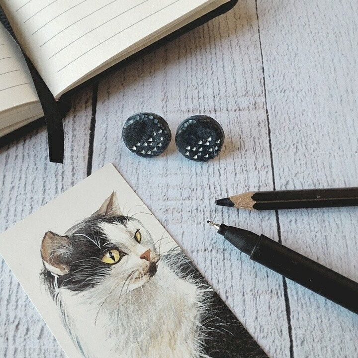 Tiny button earrings in polymer clay black board colour, hand carved with small geometric carvings enlightened by whitewashed finish. Simple round shape that becomes original with the sculpted edge with tiny grooves.