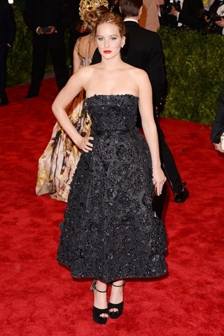 Jennifer Lawrence teamed a Christian Dior strapless dress with Dior jewels, Brian Atwood heels and a Jennifer Behr veiled headpiece.