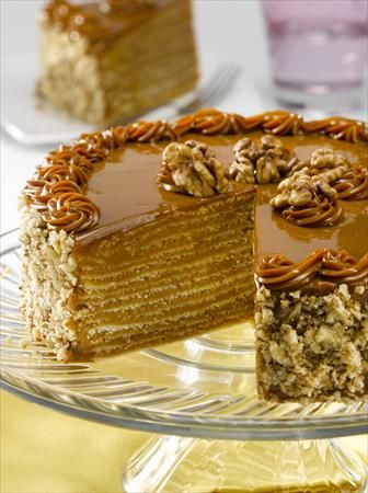 Disfruta de una rica Torta de Panqueque con Manjar, su tiempo de preparación es de 120 minutos y te alcanzarán 16 porciones de 448 Kcal c/u.