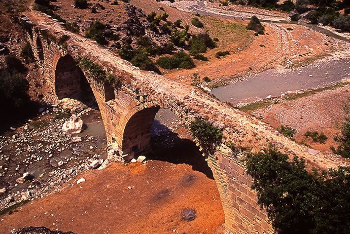 Samsun'un Havza ilçesi Tahna köyünde bulunan tarihi Kurt Köprüsü, köprüye ulaşmayı sağlayacak düzgün bir yolu, tanıtım levhası bulunmadığı için kimse uğramıyor.  Geçmişte Türkler tarafından Altın Yol ve İpek Yolu olarak da adlandırılan güzergah üzerinde bulunan yaklaşık 700 yıllık tarihi köprünün 2008′de restorasyonu yapılarak güçlendirilmiştir. Ancak tarihi köprünün kitabesi günümüze ulaşmadığından yapım tarihi bilinmiyor.