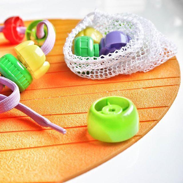 Motoryka mała, czyli kurs szycia dla Małolata 👉 nakrętki po tubkach ➕ sznurowadło #handmade #upcykling #zróbzabawkę #diy #upcycling #motorykamała #zróbtosam #DIY #lace #sznurowadło #playingwithkids #smallmotorskills #montessori