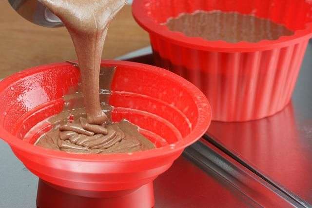How to Bake a Giant Cupcake With Silicone Bakeware | LIVESTRONG.COM