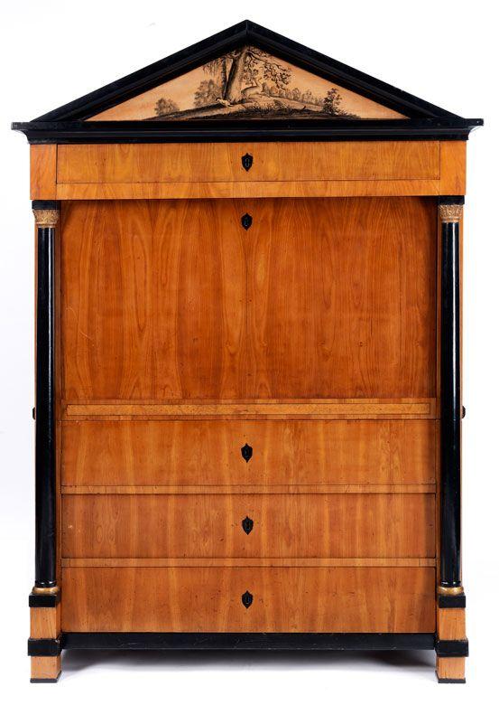 Der Unterbau dreischübig, mit ebonisierten Schlüsselschildern, seitlich ebonisierte Säulen. Der Aufsatz mit Sekretärklappe, darüber die breite Schublade, ...