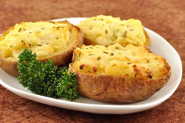 Картофель, фаршированный сыром https://foodmag.me/kartofel-farshirovannyj-syrom  Время приготовления: 150 мин. Сложность приготовления: Просто Количество порций: 6 Количество ингредиентов: 14  Ингредиенты: горошины черного перца – 10 шт.. желток – 1 шт.. зубчик чеснока – 1 шт.. крупный картофель овальной формы – 6 шт.. лавровый лист – 2 шт.. луковицы – 2 шт.. молоко – 1,2 л. мягкий сыр – 300 г. растительное масло – 1 ст. л.. сливки жирностью 33% – 75 мл. сливочное масло – 100 г. соль – 1 ч…