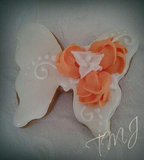 Pillangó mézeskalács narancssárga rózsákkal díszítve./ Butterfly shaped gingerbread cookie decorated with orange royal icing roses.