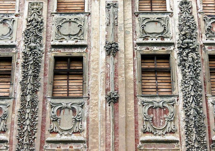 Piotrkowice (powiat Trzebnica) Po prywatyzacji w pałacu zabezpieczono dach i okna, ale majątek znów wystawiono na sprzedaż. Zamknięta na głucho perła śląskiego baroku od lat jest tylko niechcianym bunkrem, w którym niszczeje to, co najcenniejsze: genialna sztukateria i renesansowe sklepienia.