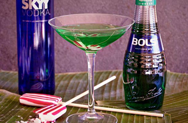 Green Grass 2 cl pebermyntelikør 3 cl vodka Isterninger Pebermyntebolsjer eller -slikkepind  Ryst likør og vodka sammen og sigt op i et glas. Kom lidt knust pebermyntebolsje i og server. Du kan bruge kold likør og kold vodka, så behøver du ikke at shake den.  Dejlig drink efter aftensmaden.