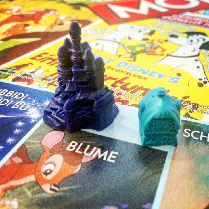 Monopoly Disney Classics -  Sechs hochwertige Sammler- und Spielfiguren aus Metall machen Disney Monopoly zu einem Highlight in jeder Spielesammlung. Informationen: Anzahl Spieler: 2-6. Empfohlenes Alter: 8+. Inhalt: Spielplan, 6 Spielfiguren, 28 Besitzrechtkarten, 16 Bibbidi Babbidi Bu-Karten, 16 Probier's mal mit Gemütlichkeit-Karten, 1 Satz MONOPOLY-Spielgeld, 32 Häuser, 12 Schlösser, 2 Würfel Spielregeln.