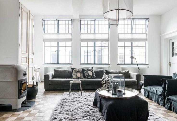 Witte woonkamer met haard en grijze meubels | White living room with fireplace and grey furniture | vtwonen 10-2017 | Fotografie Sjoerd Eickmans | Styling Moniek visser
