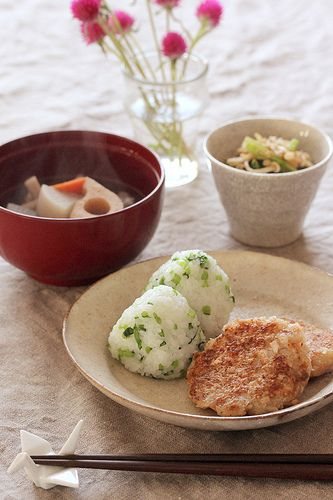 Japanese Lunch Meals: Nappa Green Mixed Onigiri (Rice Balls), Pan-Fried Renkon and Scallop Pancake, Ohitashi, Root Veggies Soup|菜飯おむすび、帆立入りれんこん餅、根菜スープ