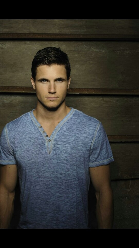 Jeez I thought he was such a hottie ever since life with Derek. Robbie Amell