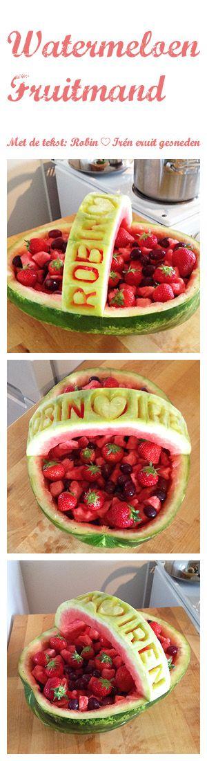 Tip voor een feestje: maak zelf van een watermeloen een lekkere gevulde mand vol met fruit. Een watermeloen is gemakkelijk te bewerken, waardoor je bijvoorbeeld een tekst uit de meloen kan snijden.