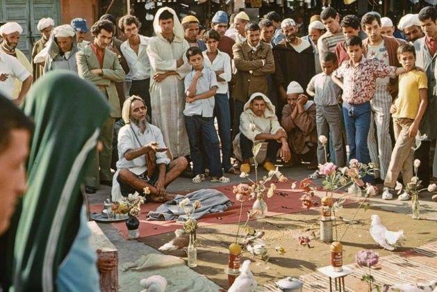 L'art de la halka, la forme la plus ancienne de théâtre traditionnel au Maroc, existe depuis la nuit des temps. Lors d'une représentation en plein air, sans rideau, sans distance entre les spectateurs et le comédien, sans maquillage et sans artifices, des pièces de différents genres sont jouées. La halka demeure un lieu de transmission de la culture, un garant de la mémoire artistique.