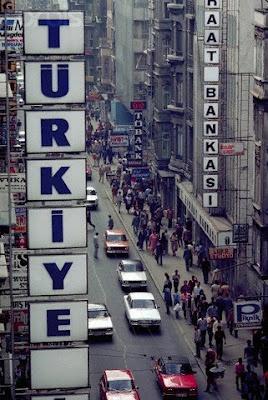 İstiklal caddesinin trafiğe açık hali.