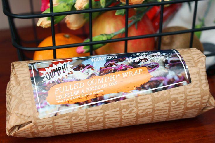 Wrapen innehåller i alla fall Pulled Oumph!, BBQ-sås, picklad rödlök, coleslaw och lite annan sallad.