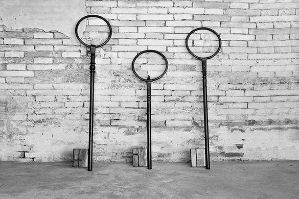 grandi chiavi in ferro realizzate nei laboratori dei nostri artigiani inspirate alle vecchie chiavi di una volta. le chiavi sono state pensate per SESTINI E CORTI
