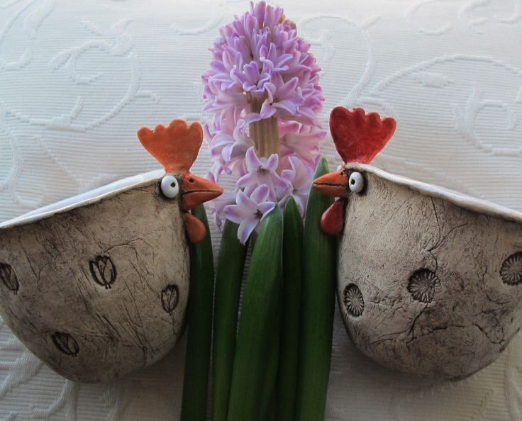 Pipinka domácí I. Slípka ze šamotky přírodně zdobená, modelovaná jako mačkaná keramika, zatřená oxidem kovu, částečně glazovaná. Na pšenku, na řeřichu, na vajíčka, na kvítí,na cokoli. Miska je vevnitř glazovaná. Výška 10 cm, šířka 15 cm. Aktuálně je ihned k mání slepička s tulipány. Druhá je prodaná. Cena za 1 ks. Všechno velikonoční zboží je ...