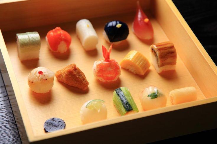 京都・祇園で、かわいいらしいお寿司を見つけました。十数種類の色とりどりの小さなお寿司が、かわいく並ぶ様に思わず頬も緩んでしまいます。 【#ことりっぷマガジン 秋号】発売中 http://buff.ly/1ihx97R