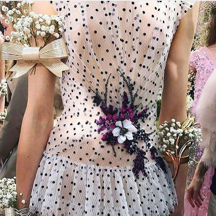"""4 curtidas, 1 comentários - Cláudia Manhães (@cmmanhaes) no Instagram: """"Delicadeza nos detalhes!!!! Hoje começou a Semana da Alta Costura de Paris!!! @rodarte fez uma…"""""""