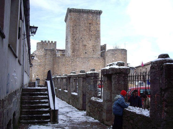 La Plaza de Toros de Miranda del Castañar se encuentra en el patio de armas de su castillo del siglo XIV, (construido sobre uno anterior del XII). Es por ello que su forma es cuadrada y pasa por ser la más antigua de España entre las que tienen esta forma.
