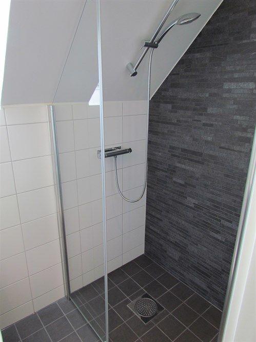 dusch i snedtak (och färg på tak istf kakel)