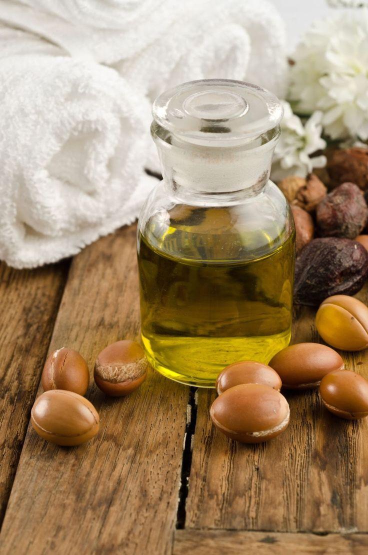L' OLIO DI ARGAN è usato anche per la cura del viso e del corpo:per i massaggi, per i capelli secchi, fragili, sfibrati e privi di lucentezza,per le unghie fragili che vengono consigliati trattamenti con olio di Argan miscelato a pari quantità di succo di limone. L'olio di Argan è usato anche per proteggere le labbra screpolate, nutrire la pelle dopo il bagno o la doccia e fare il peeling del viso per eliminare le cellule morte associando l'olio ai sali del Mar Morto.