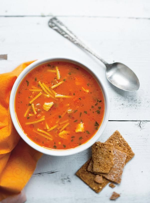 Recette de Ricardo de soupe poulet et nouilles au jus de carottes
