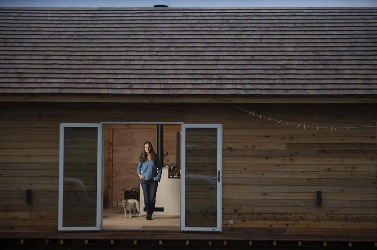 Havedamen, forfatteren og husejeren til verdens første bæredygtige sommerhus - Signe Wenneberg Foto: søren bidstrup
