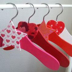 Petits cintres en bois bébé/enfant rouge, rose, orange, blanc