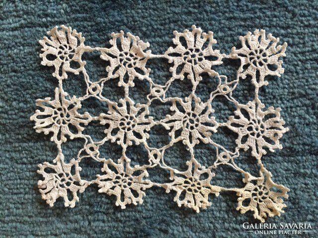 Fehér, régi horgolt csipke, 12 virágból álló kis terítő
