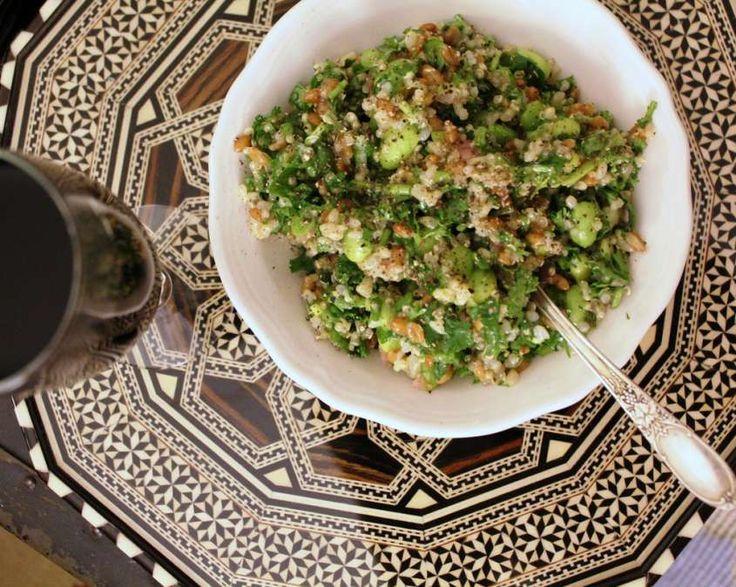 La ricetta dell'insalata di orzo, asparagi e gamberetti è un primo piatto gustoso da preparare per un pic nic ma anche per una cena fredda. Si prepara lessando l'orzo, gli asparagi e i gamberetti, per poi condire il tutto con maionese, succo di limone, sale e pepe.