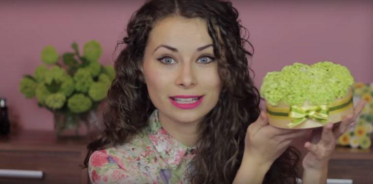 Viszkok Fruzsi videójában megmutatja, hogyan barkácsolhatsz te is egy igazán mutatós virágos dobozkát május első vasárnapjára.